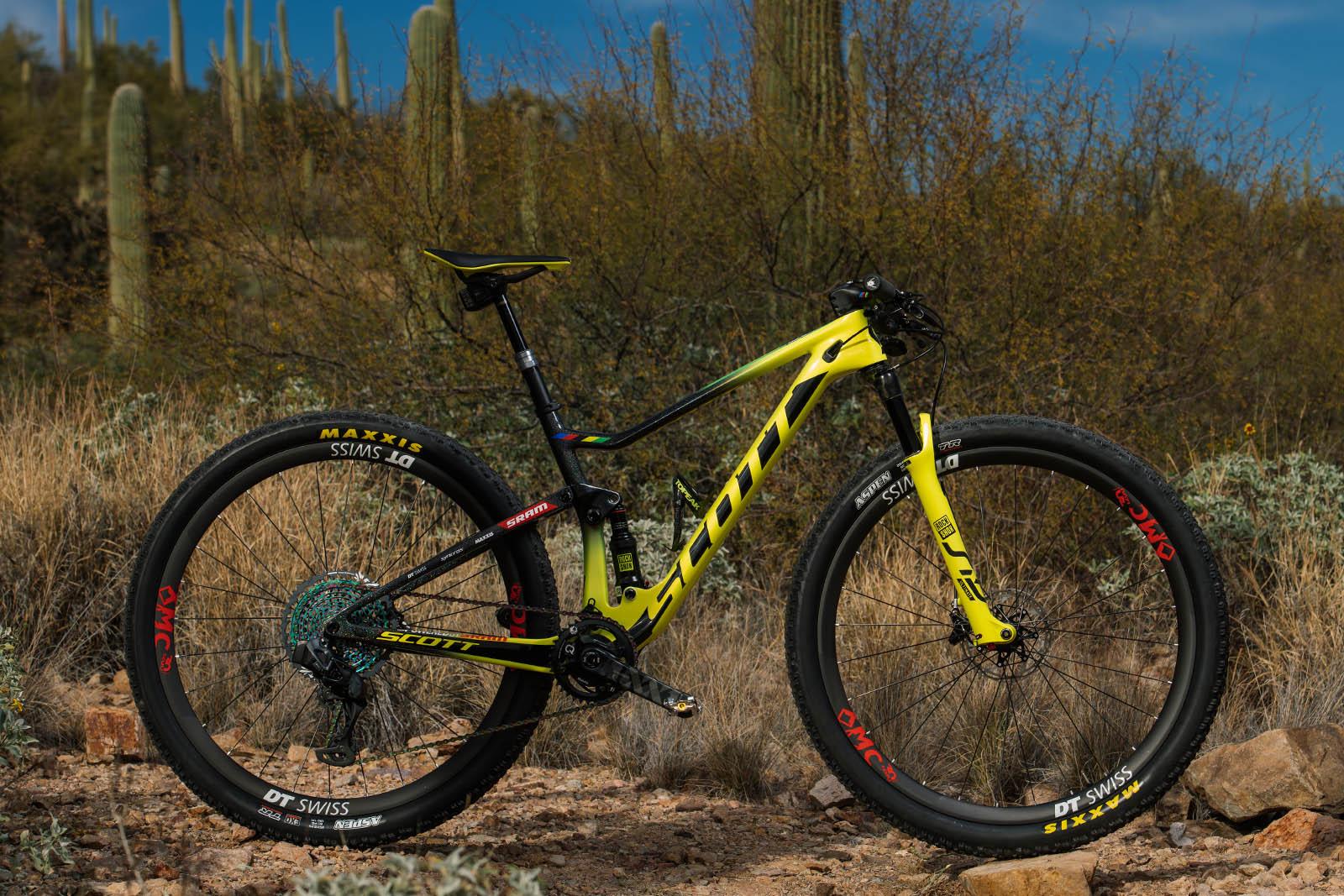 5e053159e77 spark-rc-side-nino-1600x1067-bike-2019-scott-